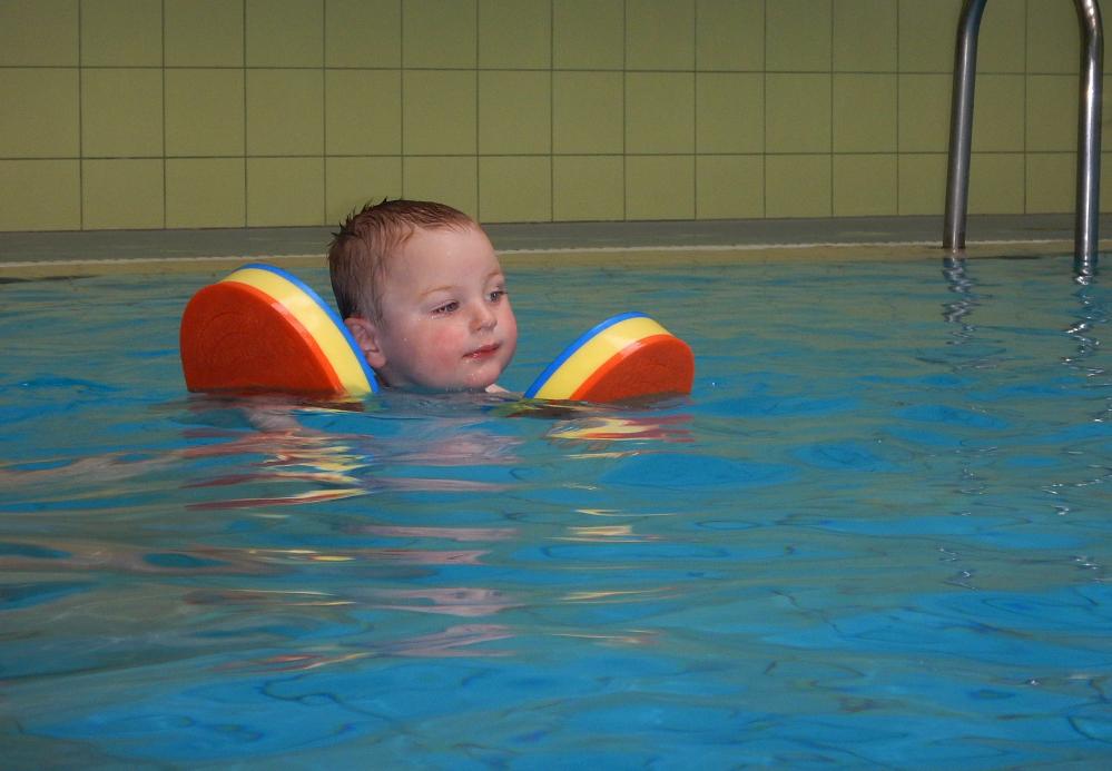 Alla kahe aastane laps kätistega iseseisvalt basseinis